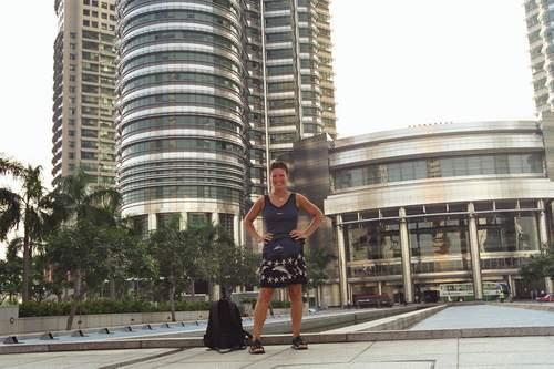 Corinna bei den Petronas Towers , Kuala Lumpur, Malaysia